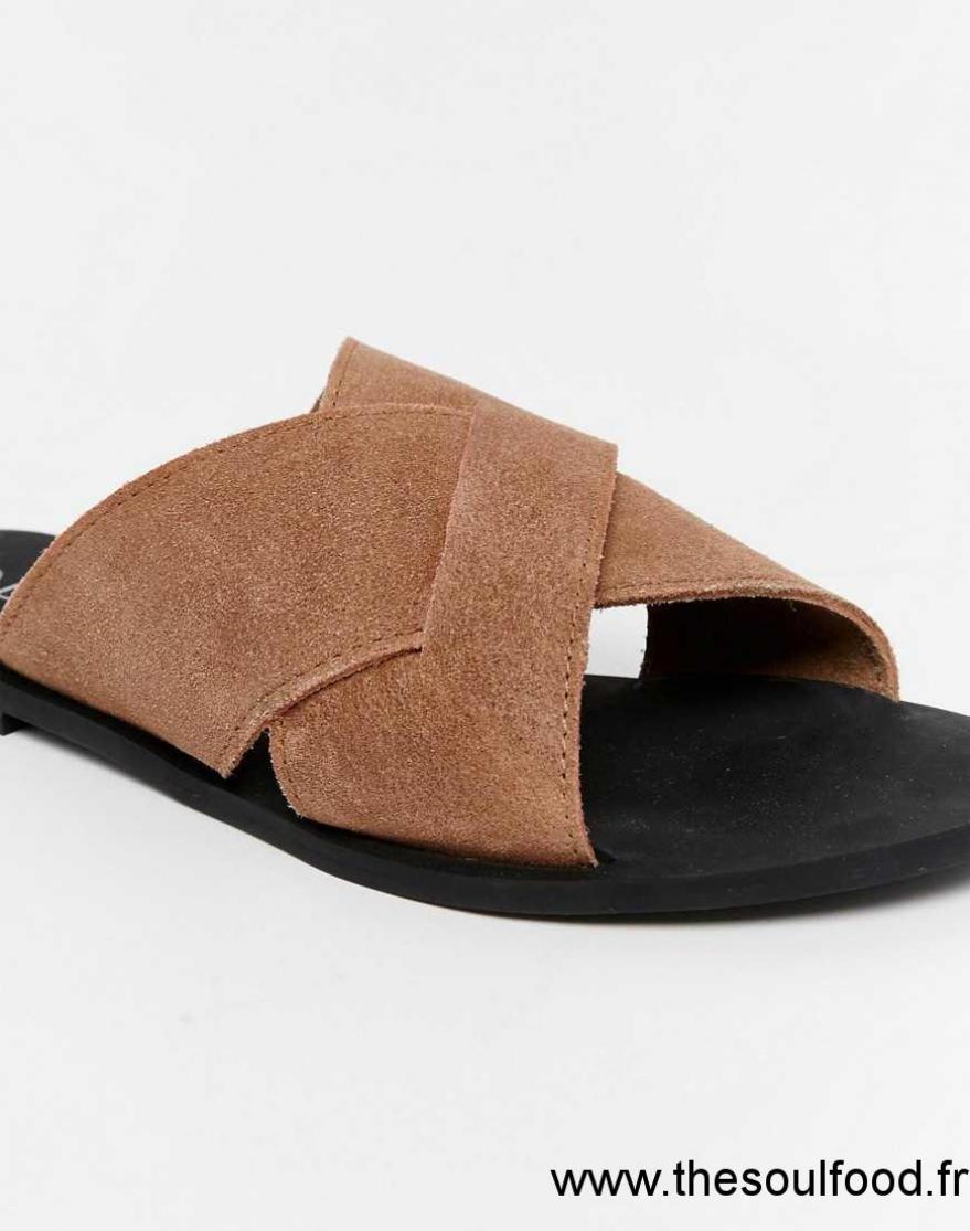 9afc746d4519b Boohoo - Sandales En Cuir Style Claquettes À Brides Croisées Sur Le Devant  Femme Fauve Chaussures ...