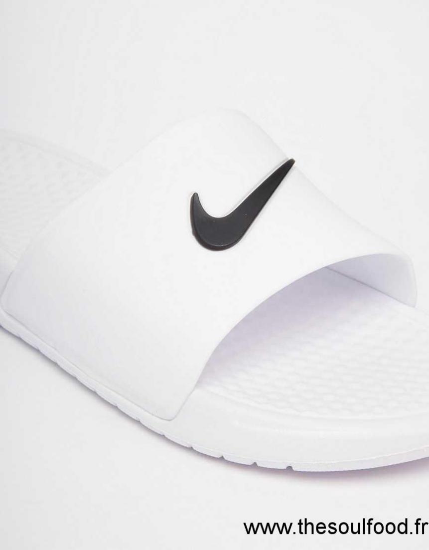 b7af582a11bb Nike - Benassi - Sandales De Piscine Plates À Enfiler - Blanc Femme Blanc  Chaussures | Nike France VH13003235